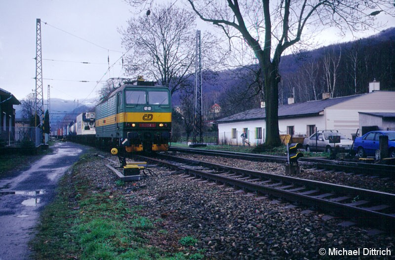 Bild: 163 004 kommt hier mit einem Güterzug durch Velke Brezno durch.