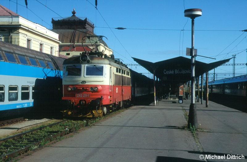 Bild: 242 211 steht in Ceske Budejovice den sie mit dem R 667 erreichte.