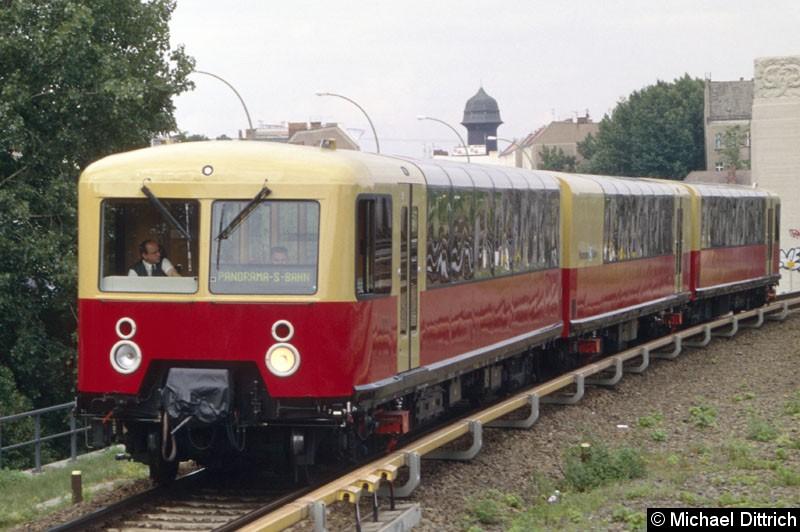 Bild: Die Panorama-S-Bahn bei der Stadtrundfahrt kurz vor dem Bahnhof Treptower Park.