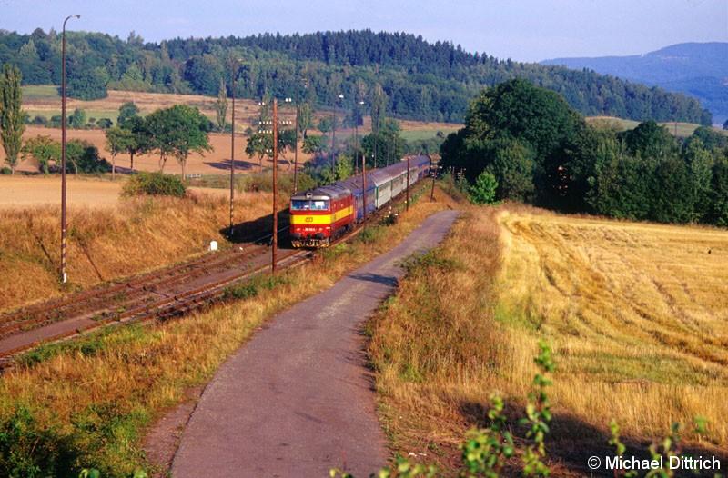 Bild: Am 07.09.2003 sind wir ins Egertal aufgebrochen.  Hier erwischten wir die 749 102 bei Hajek, die den Nachtzug Excelsior zieht.