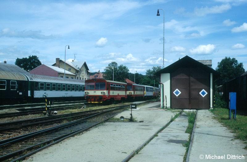 Bild: 810 265 ist in Vimperk angekommen und macht erstmal Pause.