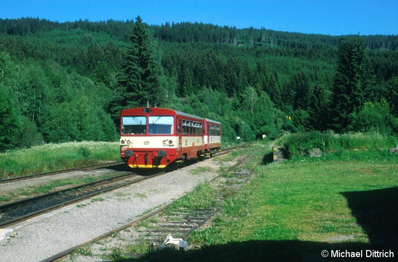 Bild: 810 522 erreicht den Bahnhof Kubova Hut.