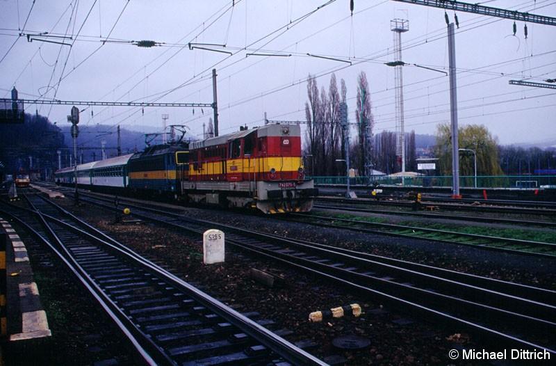 Bild: Wegen Bauarbeiten mussten die E-Loks mit Dieselloks geschleppt werden. Hier die 742 075 in Decin hl. n.