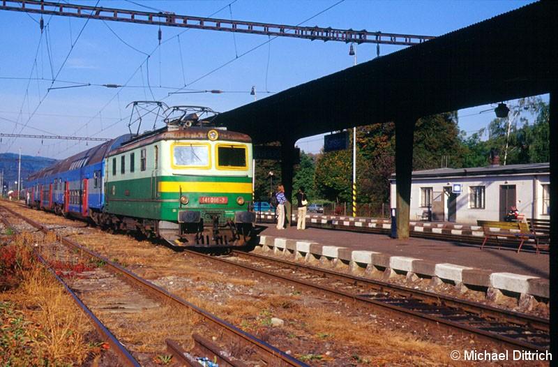 Bild: Die 141 018 machte sich hier gerade bereit ihren Zug als Leerzug nach Praha-Smichov zu ziehen.
