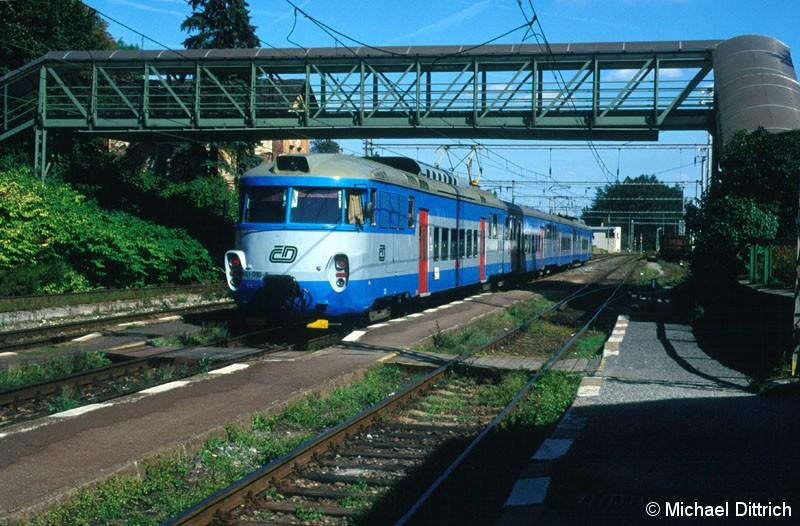 Bild: 451 010 verlässt am Schluss des Zuges den Bahnhof Strancice.