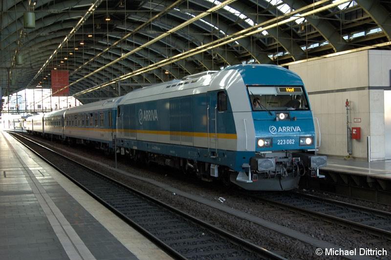 Bild: Den Voglandexpress zieht hier die 223 062 durch Berlin Ostbahnhof.