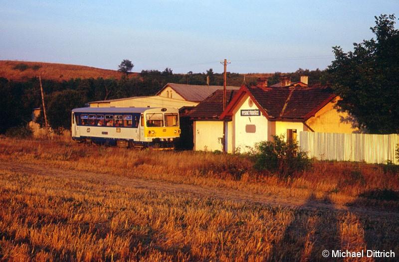Bild: Hier durchfährt der 810 653 den Haltepunkt Vysoke Trebusice.  Dieser Haltepunkt ist Bedarfshalt, es bestand aber kein Bedarf.