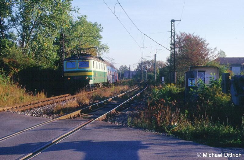 Bild: 141 018 an einem Bahnübergang in der Nähe von Cernosice-Mokropsy.