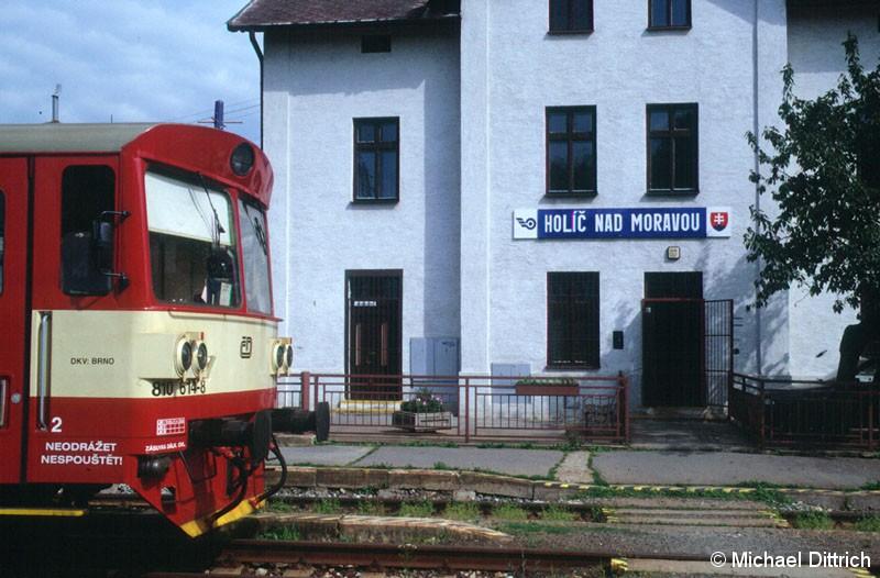 Bild: Blick auf das Bahnhofsgebäude und dem 810 614.