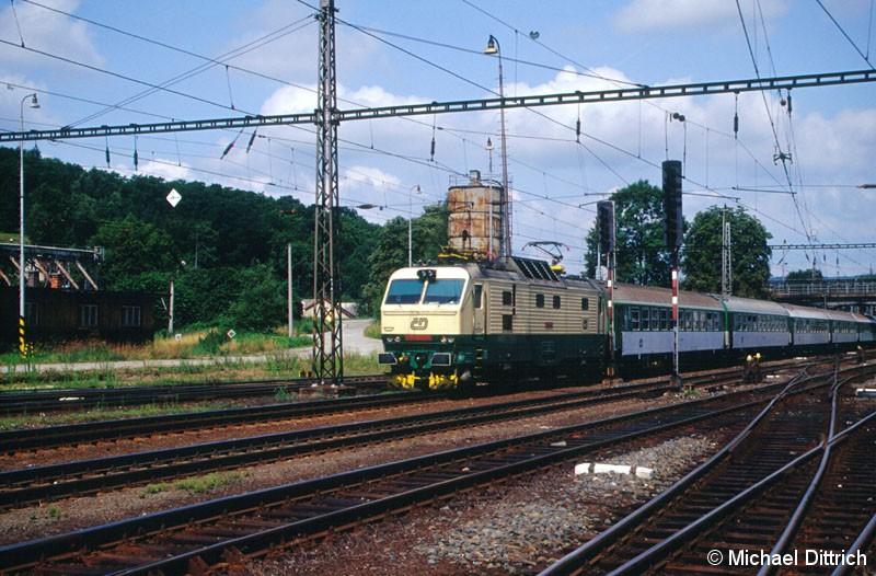 Bild: Mit einem Schnellzug kam die 151 011 im Bahnhof Zabreh na Morave vorbei.