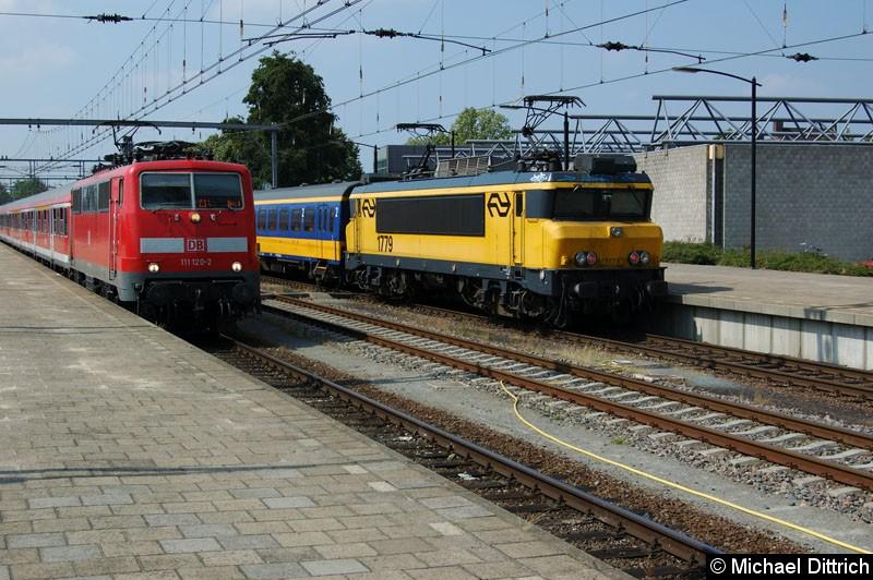 Bild: 111 120 (DB Regio) auf dem Weg nach Hamm (Westf).  Rechts daneben die 1779 (NS) als IC nach Den Haag.