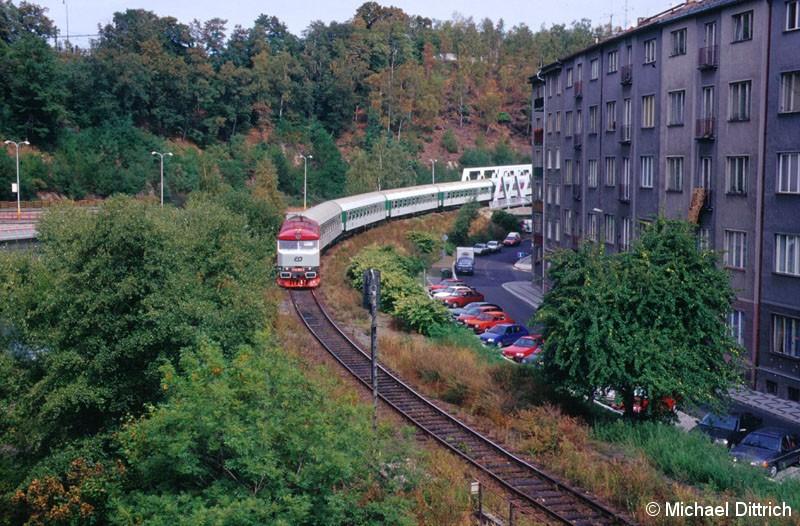 Bild: In Karlovy Vary trafen wir mitten in der Stadt die 749 039 an.