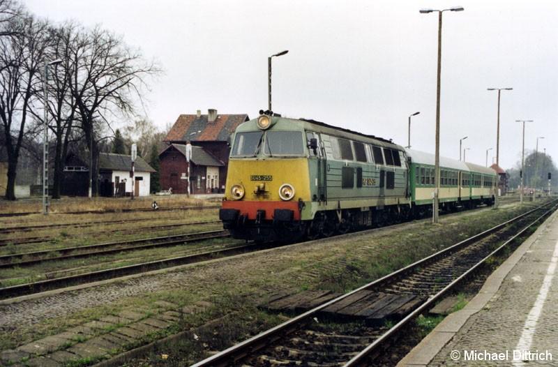 Bild: n Tuplice hatten wir den Zug erst nach dem Umsetzen der SU 45-255 angetroffen. Von der Wirtschaftlichkeit eines solchen Zuges reden wir lieber nicht.