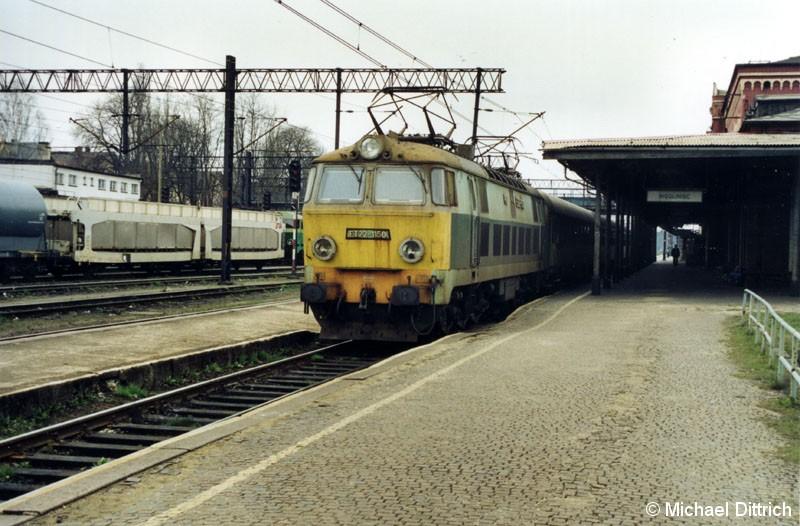 Bild: ET 22-1150 vor dem Os 542 in Wegliniec. Die ET 22 ist eigentlich eine Güterzuglok.