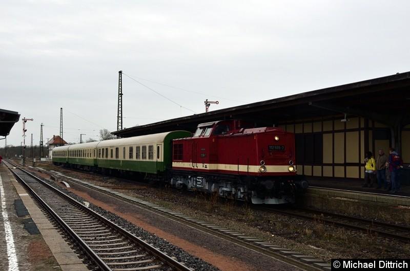 Bild: 112 565-7 hat mit ihrem Sonderzug den Bahnhof Köthen erreicht. Hier finden ab Mai 2019 umfangreiche Baumaßnahmen statt, wo auch die Formsignale im Hintergrund verschwinden werden.
