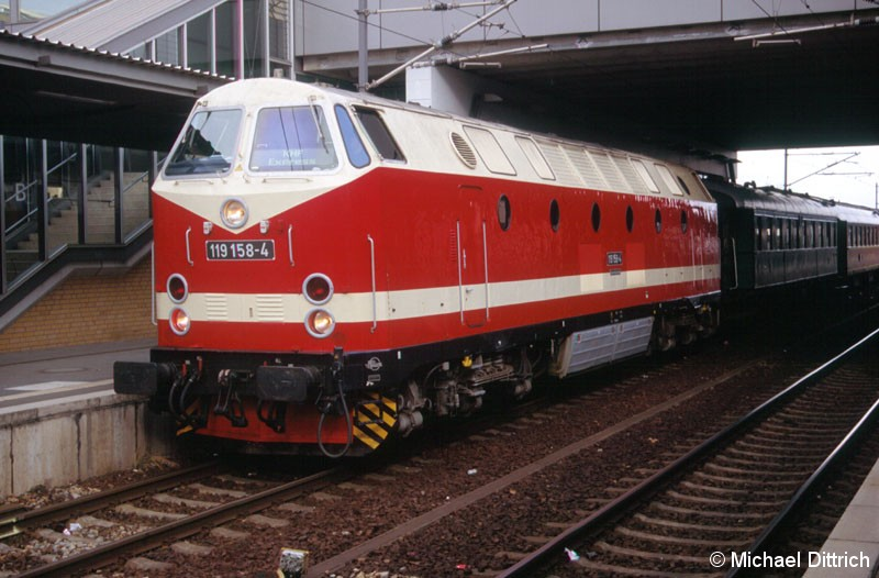 Bild: Die 119 058 mit einem Sonderzug in Potsdam Hauptbahnhof.