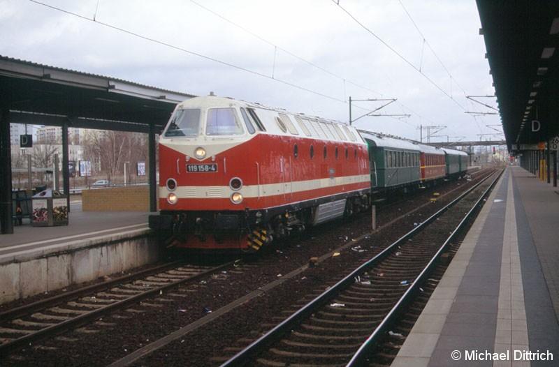 Bild: 119 158 (Museumslok) erreicht mit einem Sonderzug den Bahnhof Potsdam Hauptbahnhof.