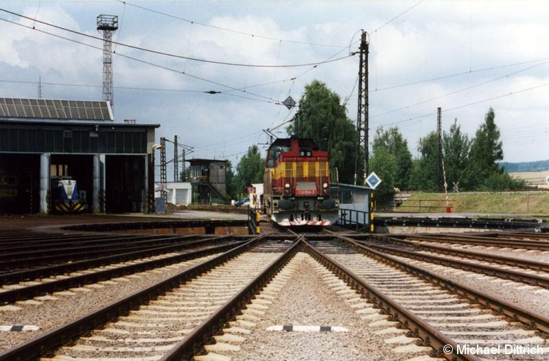 Bild: Um zum Tanken fahren zu können, müssen die Loks über die Drehscheibe fahren.  Hier die 731 014.