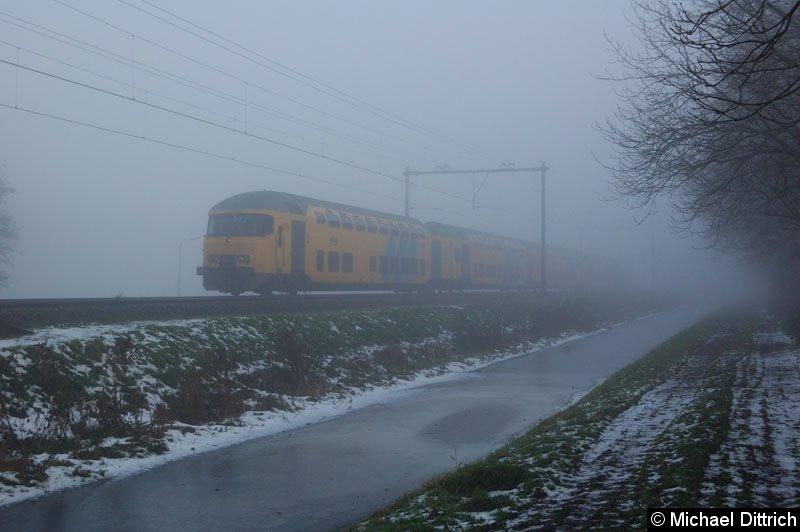 Bild: Diesmal kommt der Zug aus dem Nebel, am Ende schiebt die 1723.