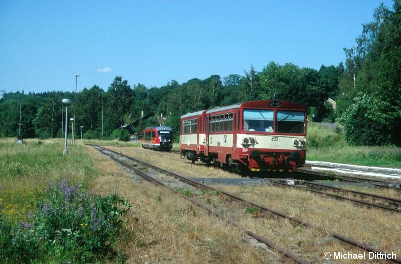 Bild: 810 324 steht in Vejprty, der Grenze zu Deutschland.  Im Hintergrund der Desiro 642 696.