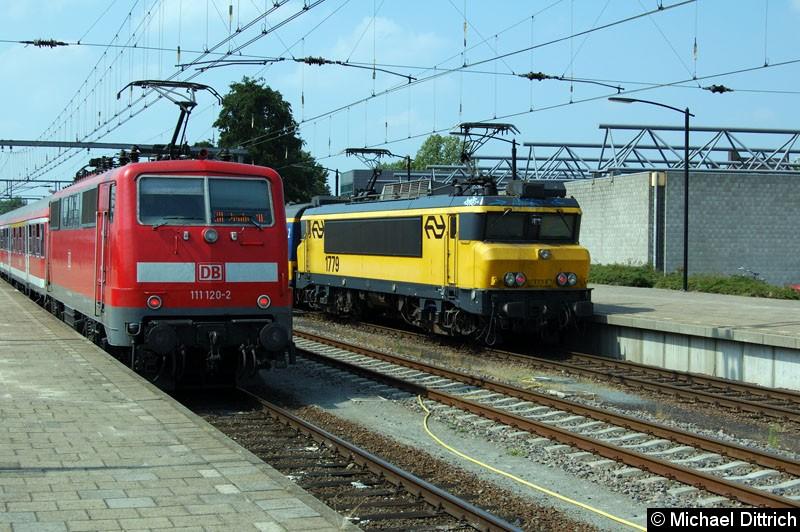 Bild: 111 120 (DB Regio) fährt in Venlo an der 1779 (NS) vorbei.