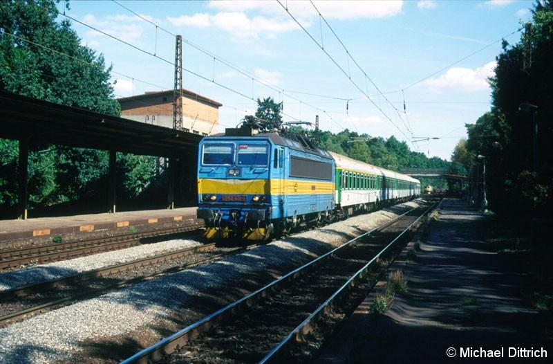 Bild: 362 121 zog mit dem R 674 durch den Bahnhof Praha-Klanovice.