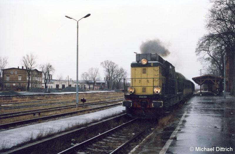 Bild: Mit großer Rauchfahne verlässt die SP 32-025 den Bahnhof Kamienna Góra.
