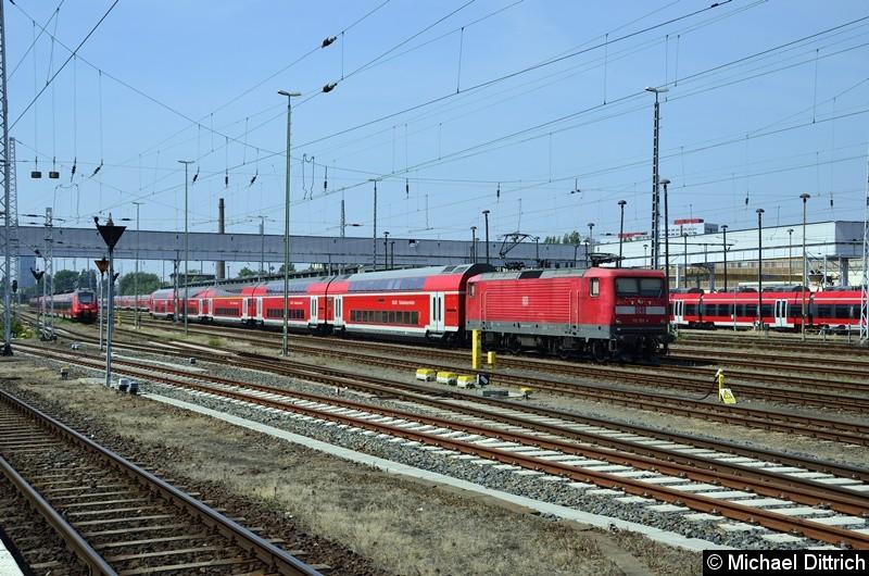 112 152 steht mit bayerischen Doppelstockwagen in Berlin-Lichtenberg.