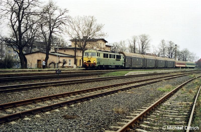 Bild: Einfahrt in den Bahnhof Piensk hat der Os 515 aus Wroclaw Glowny.