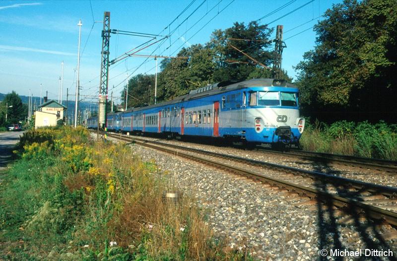 Bild: 451 033 fährt hier gerade in Karlstejn ein.