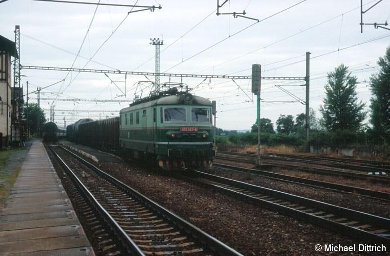 Bild: 122 027 durcheilt den Bahnhof Vsetaly.