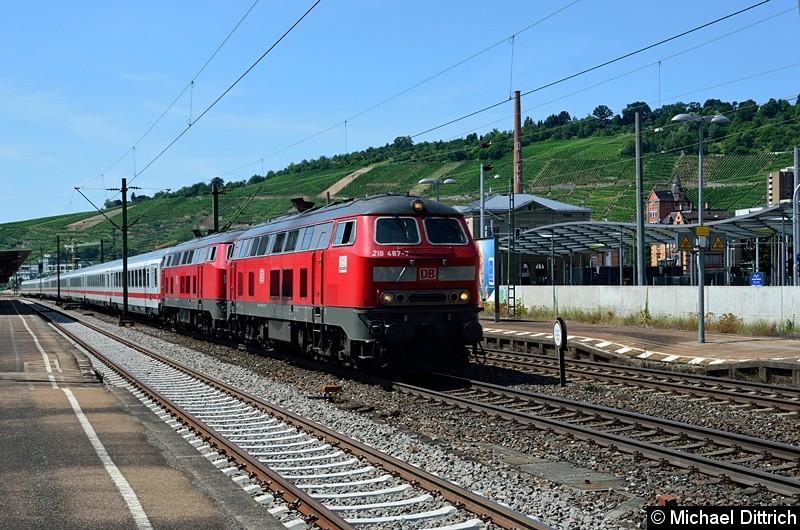 Bild: 218 487 und eine weitere 218 rauschen mit dem IC 2013 durch den Bahnhof Esslingen (Neckar).