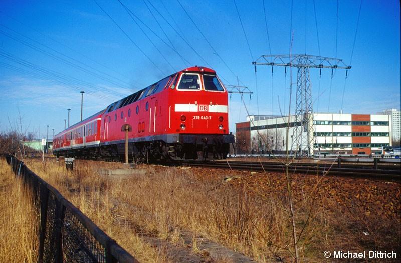 Bild: 219 043 wieder auf dem Weg nach Tiefensee. Diesmal aufgenommen zwischen den S-Bahnhöfen Poelchaustraße und Marzahn.