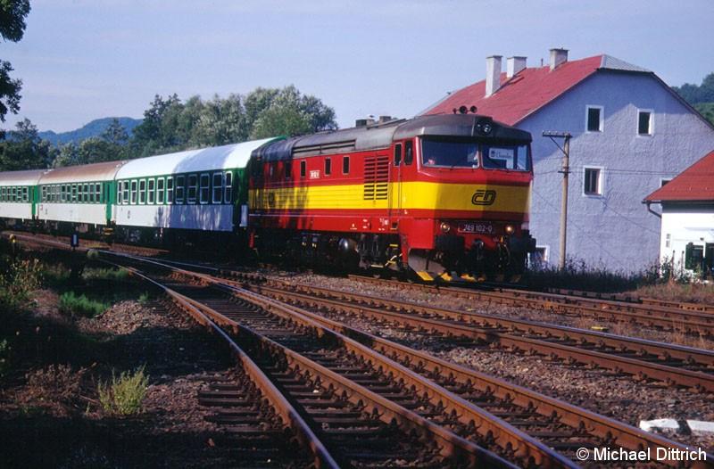 Bild: In Straz nad Ohri trafen wir die 749 102 mit dem R 647.