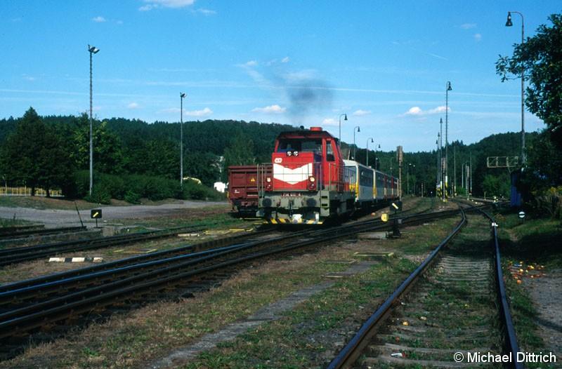 Bild: Mit dem Os 9030 zieht hier die 714 011 aus dem Bahnhof Týnec n/Sazavou los.