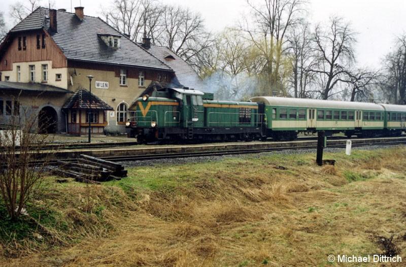 Bild: SP 42-245 mit zwei Wagen als Os 22437 in Wlen.
