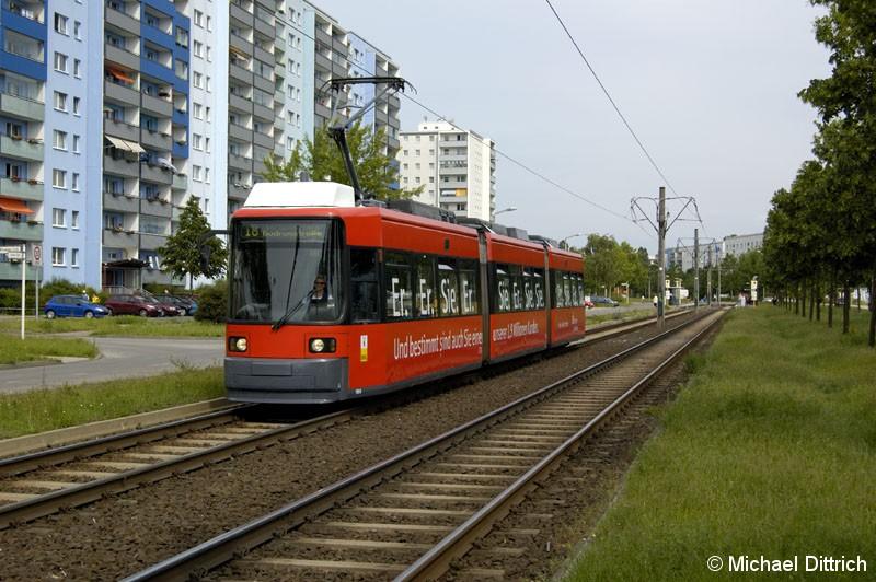 Bild: 1064 als Linie 18 vor der Haltestelle Alte Hellersdorfer Straße/Zossener Straße.