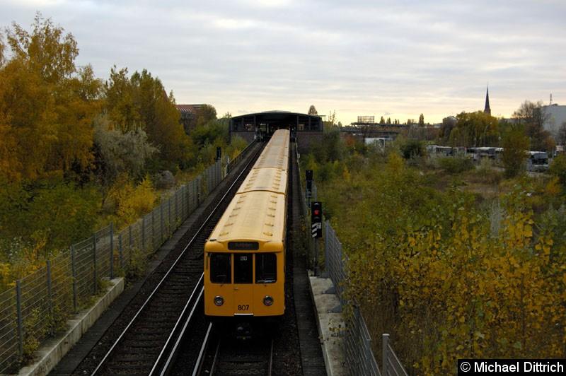 Bild: Am Ende des Zuges fährt Wagen 807 aus dem Tunnel raus um in den Bahnhof Mendelssohn-Bartholdy-Park einzufahren.  Heute ist diese Aufnahme nicht mehr möglich.