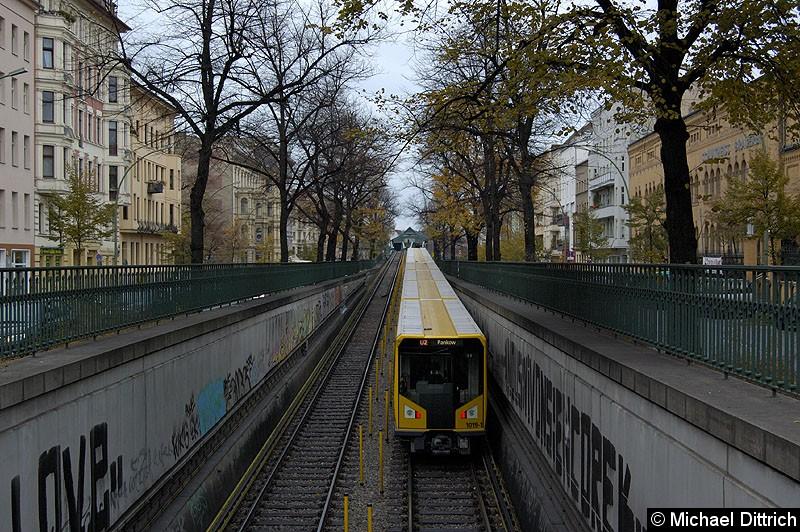 Bild: Am Ende des Zuges Wagen 1019-1 zwischen den Bahnhöfen Eberswalder Str. und Seenefelder Platz.