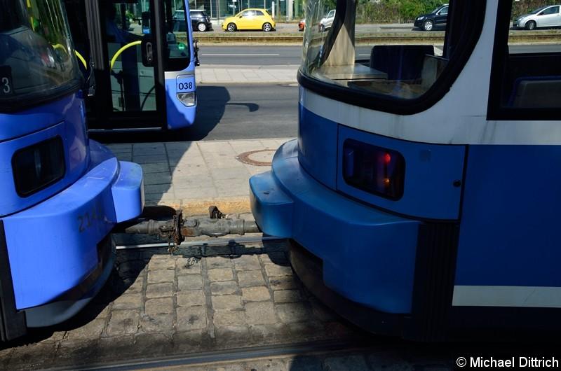 Bild: Blick auf die Kupplung der beiden Wagen. Der 2143 (links im Bild) hatte sich den Bügel abgerissen und musste deswegen abgeschleppt werden.