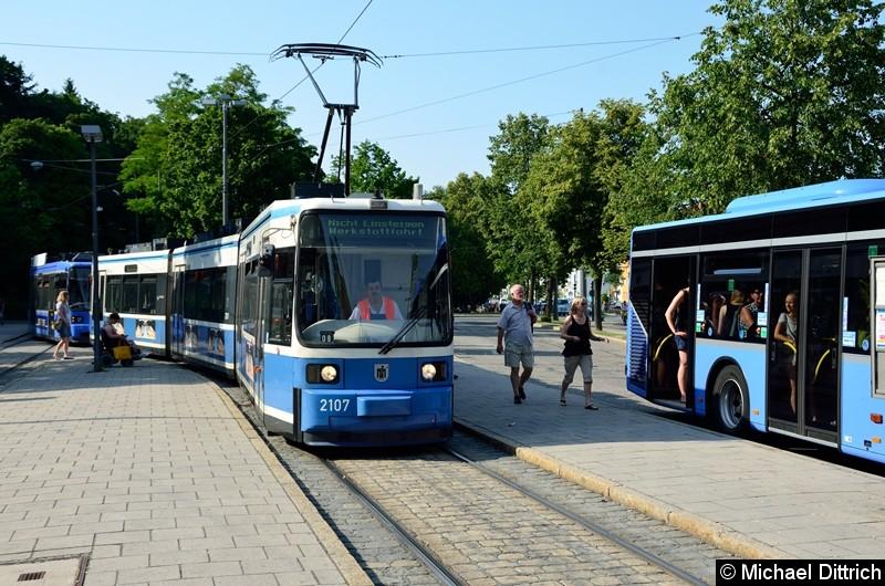 Bild: Einfahrt des Gespanns in die Haltestelle die eigentlich für die Linie 28 vorgesehen ist.