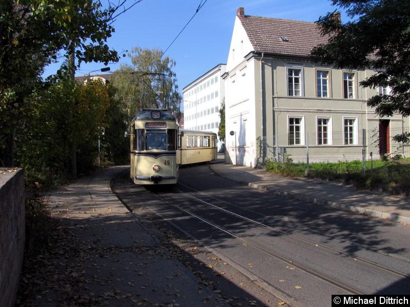 Bild: Das Depot der historischen Straßenbahnen ist in der Bachgasse.  Hier ist Triebwagen 49 mit dem Beiwagen 113 auf dem Weg zu seinem Depot.