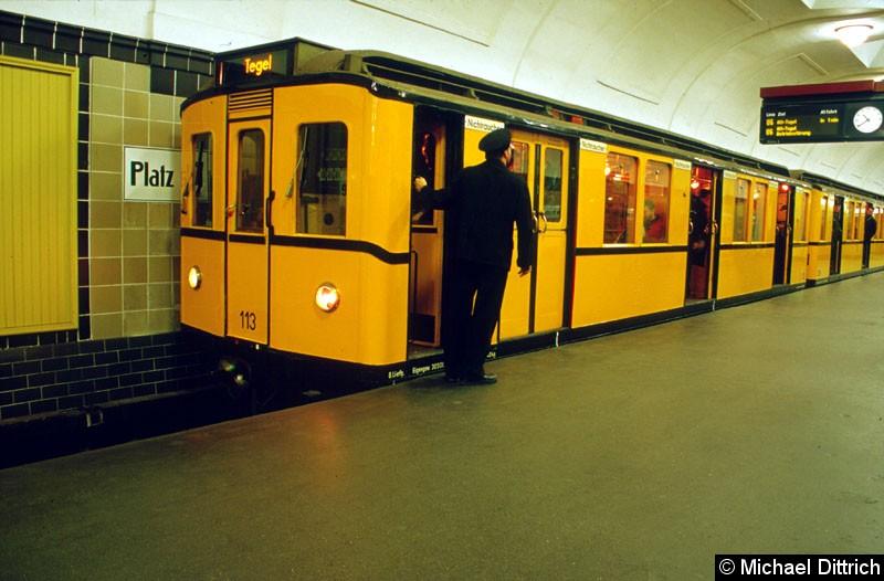 Bild: Museumszug 113 auf dem Bahnhof Platz der Luftbrücke.