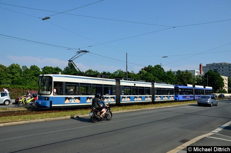 Bild: In Berlin etwas völlig normales, in München schon fast eine Sensation: Eine Doppeltraktion R2.2 (in Berlin als GT6 bezeichnet) erreicht die Wendeschleife U Scheidtplatz.