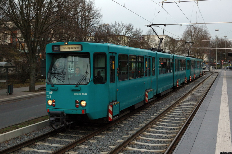 Bild: 722 und ein weiterer Wagen als Linie U5 an der Haltestelle Gießener Str.