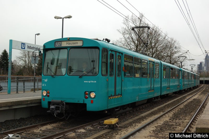 Bild: 387+401+391 als U7 in der Haltestelle Industriehof.