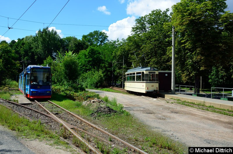 Bild: Wagen 49 hat die Ankunftshaltestelle verlassen. Links im Bild der Wagen 302 als Linie 2.