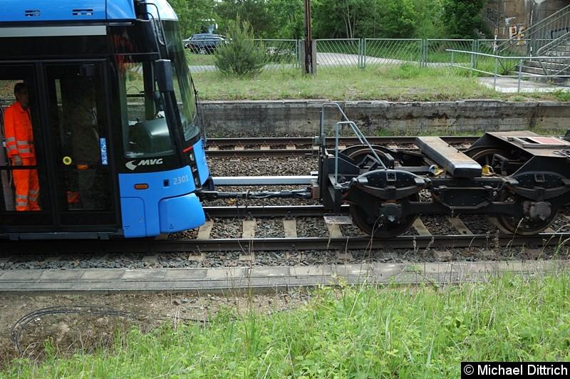 Bild: Am Ende war der Akku alle und die Bahn musste mittels einer Lok geschoben werden. In der Oberleitung war keine Gleichspannung eingeschaltet.