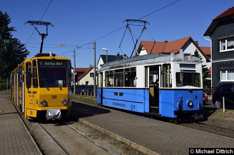 Bild: In Bad Tabarz stellte sich dann Wagen 39 neben den Wagen 319. Das grüne Dreieck in der Front des 319 bedeutet, dass ihm ein zweiter Wagen in die Eingleisigkeit folgt.