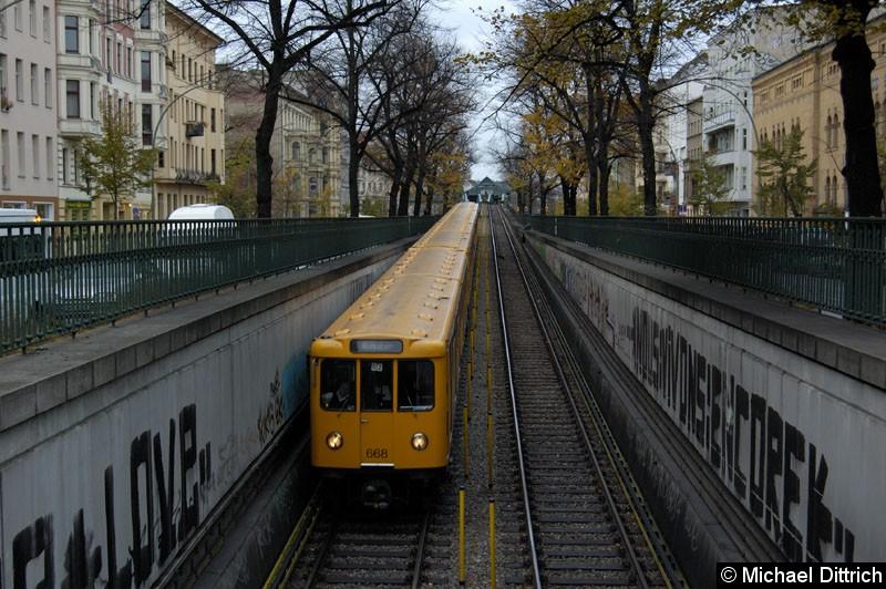 Bild: An der Spitze des Zug Wagen 668 zwischen den Bahnhöfen Eberswalder Str. und Seenefelder Platz.